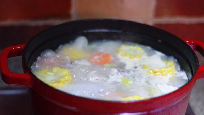 玉米胡萝卜排骨汤,放入玉米和胡萝卜,加适量盐,继续炖30min