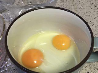 虾仁蒸蛋,打入蒸蛋的容器。