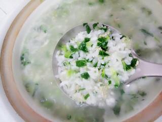 菜心肉末粥,再放入剁好的菜心和肉末,再用勺子搅拌几下