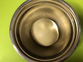 圣诞花环面包,把面团揉圆,放入容器内,盖上湿毛巾,天冷放烤箱发酵档发酵1个小时