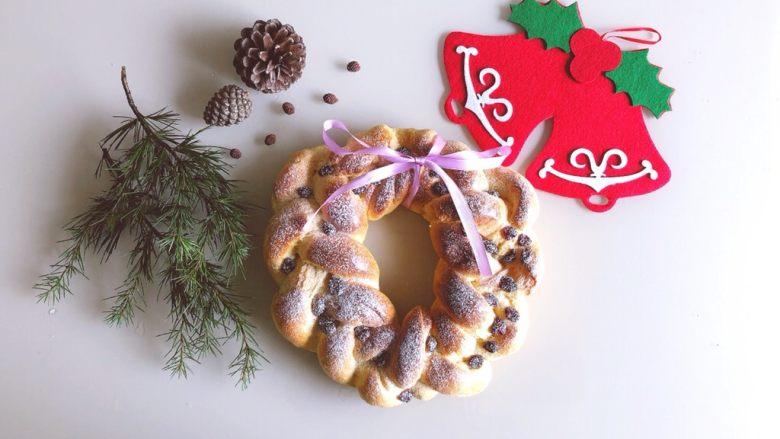 圣诞花环面包,出炉筛上防潮糖粉装饰,可以系上蝴蝶结装饰一下