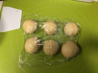 圣诞花环面包,取出面团按压排气,分割为等大的六份,盖上保鲜膜松弛15分钟