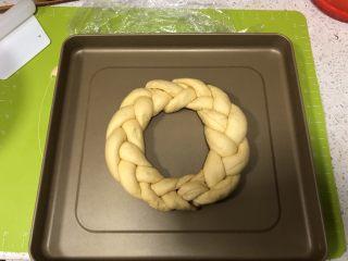 圣诞花环面包,编好的辫子面卷首位捏紧,一定要捏紧哈,以免再次发酵时裂开