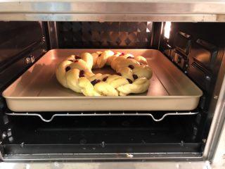 圣诞花环面包,烤箱提前预热,上火160度,下火170度,烤30分钟