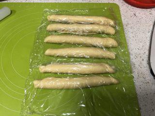 圣诞花环面包,从长边卷起面团,每一份都如此卷好,盖上保鲜膜松弛10分钟