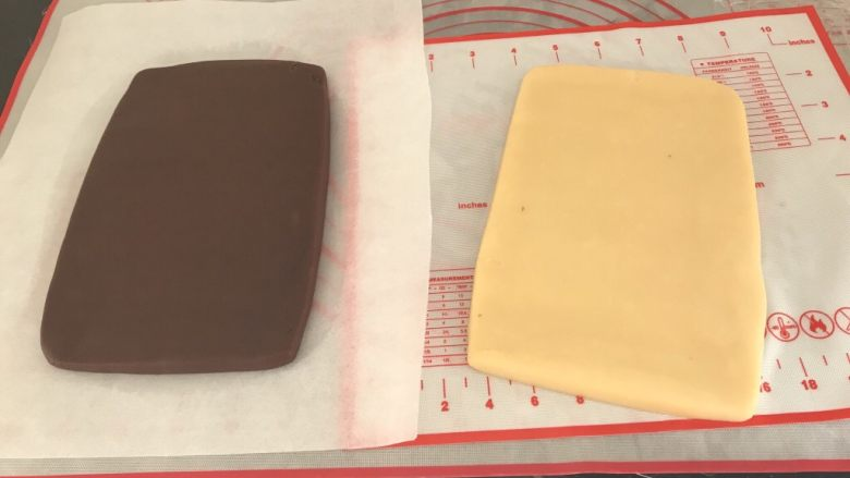 双色棋格小饼干~圣诞美食,冷藏过后分别擀成同样大小的饼,我这差不多是20x13cm