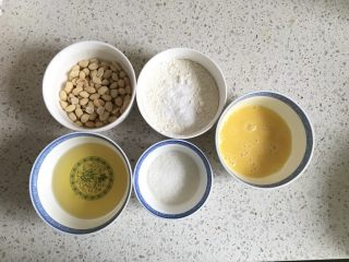 花生小小酥,准备好食材,鸡蛋打散,低筋面粉和无铝泡打粉、食盐混合均匀