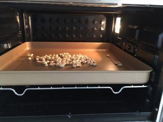 花生小小酥,花生仁进烤箱,170度,上下火,烤7分钟左右