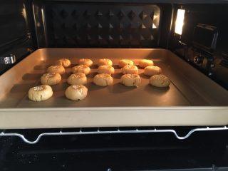 花生小小酥,烤箱提前预热180度,上下火,烤18-20分钟