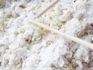 枣花馍,加入温水用筷子搅拌成絮状