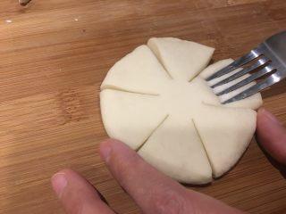 枣花馍,用叉子压出花纹