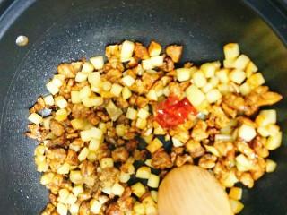 土豆鸡胸肉丁,加一小袋番茄酱,十三香翻炒,最后加入鸡汁,大火炒一下出锅