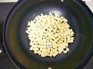 土豆鸡胸肉丁,放入土豆丁中火煎至两面金黄