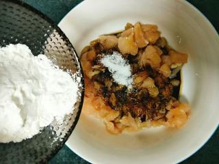 土豆鸡胸肉丁,淀粉,拌匀以后腌制20分钟。