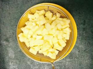 土豆鸡胸肉丁,用水冲一下晾干