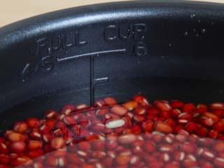 自制红豆沙,用高压锅加泡红豆的水,煮至红豆软烂(这个时候加点红糖就可以直接吃了,但是做豆沙馅还要有下面的步骤哦~)