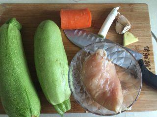 吃鸡+蚝香西葫芦炒鸡胸,食材明细:西葫芦两根,鸡胸一块约160g,胡萝卜一小块,葱白一小段,蒜两瓣姜一小片