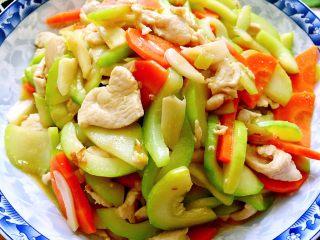 吃鸡+蚝香西葫芦炒鸡胸,成品,西葫芦炒鸡胸,简单又美味,鸡胸蛋白质高脂肪低,食用很有益于保持身材喔
