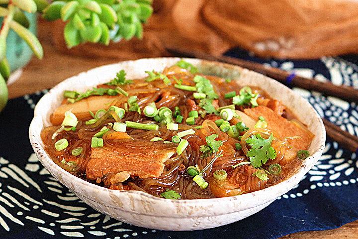 猪肉炖粉条,出锅后撒上葱花、香菜即可。