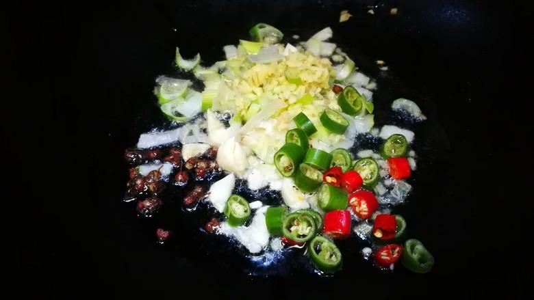 酸汤肥牛,锅中油热下葱姜蒜辣椒花椒 爆出香味