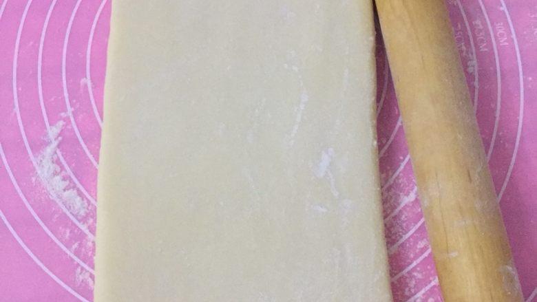 丹麦吐司(开酥吐司),拿出来以后继续擀,只往长度一个方向轻轻的擀,不要向宽的方向擀