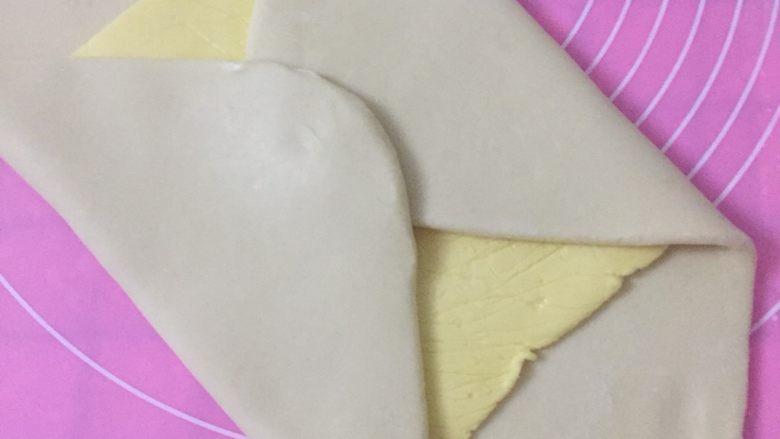 丹麦吐司(开酥吐司),四角叠起来,把黄油片包好