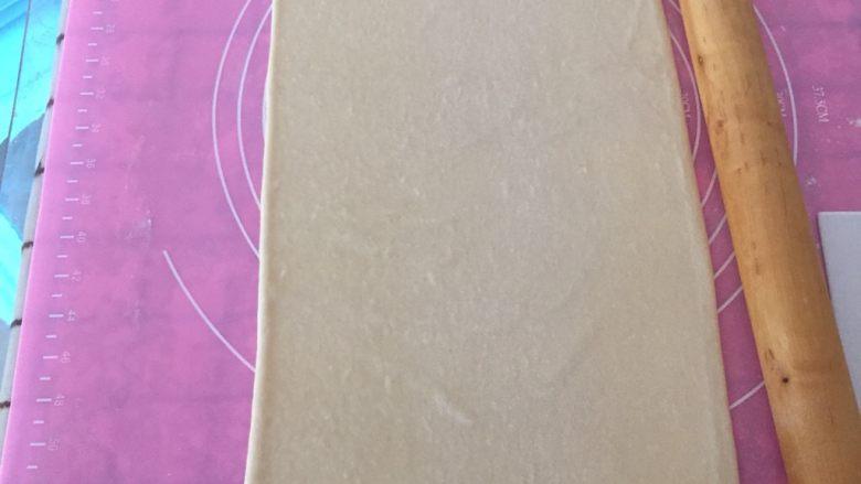 丹麦吐司(开酥吐司),撒少于手粉,用擀面杖轻轻的擀开