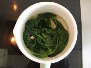菠菜手擀面(适合12个月以上的宝宝),锅烧开水放入菠菜烫一分钟,捞出过凉水