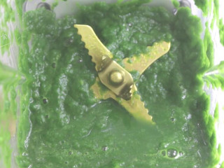 菠菜戚风蛋糕,放入料理机,不用加水,按下果汁功能键打成菠菜汁。