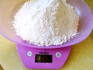手作姜饼 冬至补阳去湿,称量面粉 肉桂粉 生姜粉 红糖