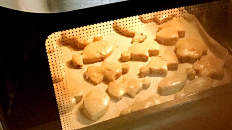 手作姜饼 冬至补阳去湿,放入烤箱中,上下火165度8分钟,180度2分钟。孩子很认真,全程坐在烤箱前,清晨的厨房里,弥满着黄油、姜和红糖的香气,馋吧?
