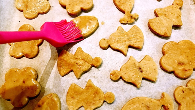 手作姜饼 冬至补阳去湿,在饼上刷蛋液