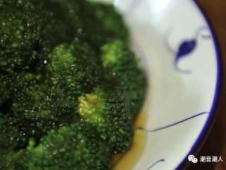 蚝油西兰花,❥ 最后,将煮好的芡汁,淋在西兰花上面