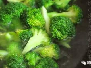 蚝油西兰花,❥ 热锅,倒入适量的水,放入适量的盐和油,倒入西兰花,焯水