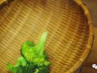 蚝油西兰花,❥ 待西兰花熟时,捞起,滤干水