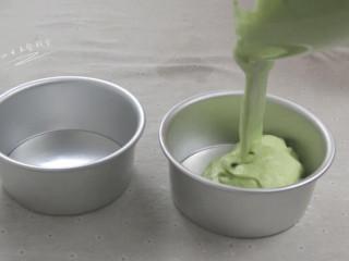 菠菜戚风蛋糕,蛋糕液从10几厘米高空倒入蛋糕模中,为了消除一些气泡。