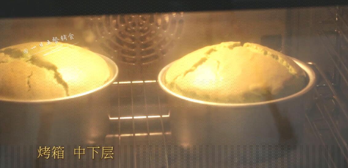 菠菜戚风蛋糕,烤箱中下层,150度,上下火,烘烤45-50分钟。</p> <p>>>由于烤箱之前就在预热,现在蛋糕液进入烤箱,直接就达到了150度,进行烘烤。