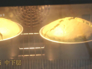 菠菜戚风蛋糕,烤箱中下层,150度,上下火,烘烤45-50分钟。 >>由于烤箱之前就在预热,现在蛋糕液进入烤箱,直接就达到了150度,进行烘烤。