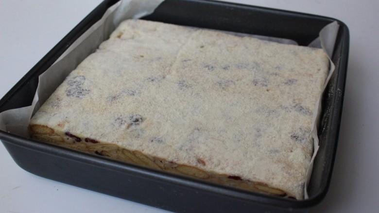 网红雪花酥,表面筛上一层奶粉,待糖稍凉成形后翻面,底部那面朝上,也筛一层奶粉