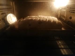 蔓越莓酸奶软欧,烤箱180度预热5分钟后,送入烘烤,上下火180度中层烤20分钟左右,视上色程度出炉!