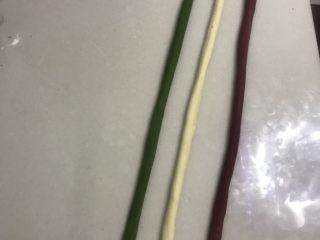 圣诞花环面包,9轮换着慢慢搓长,长途在80厘米。
