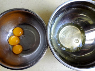 盒子蛋糕,将蛋白与蛋黄分离,分别放在两个干净无油无水的盆里,