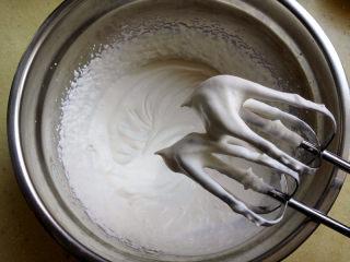 盒子蛋糕,淡奶油加入糖,打发,装入裱花袋里,裱花嘴任选一个就好,