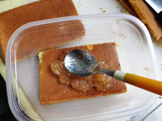 盒子蛋糕,蛋糕烤好,取出晾凉,脱模,切成与盒子大小一样的蛋糕片,在最下面放一片,然后涂上果酱,