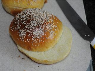 炸鸡芝士汉堡,出炉,冷却,将面包拦腰切成两半