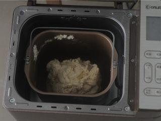 炸鸡芝士汉堡,先将汤种食材混合均匀后放入锅里,小火熬制,一边加入一边不停搅拌,防止糊底,加热到面糊浓稠,搅拌时出现纹路并搅拌到无颗粒,成透明状态便可。汤种冷却后加入所有的食材(除黄油外)放入面包桶,