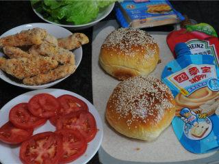 炸鸡芝士汉堡,夹馅用的食材准备好