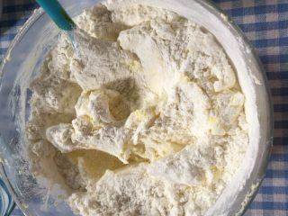 奶油小方,加入低粉搅拌至完全融合