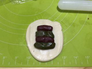 圣诞版肉松麻薯蛋黄酥 ,将水油皮擀开,中间部位放入两份红油酥、两份抹茶油酥,交叉放置