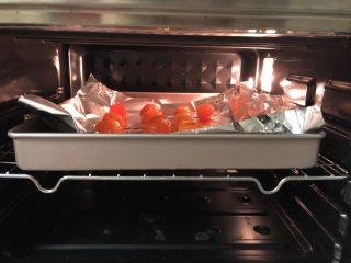 圣诞版肉松麻薯蛋黄酥 ,生咸鸭蛋黄需要先用<a style='color:red;display:inline-block;' href='/shicai/ 849/'>花生油</a>浸泡一晚上,然后在白酒里滚一圈,烤箱预热170度,上下火,烤10分钟